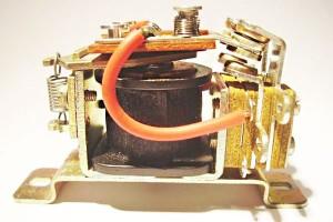 รีเลย์ขดลวดแรงดัน (Voltage Coil Relay)