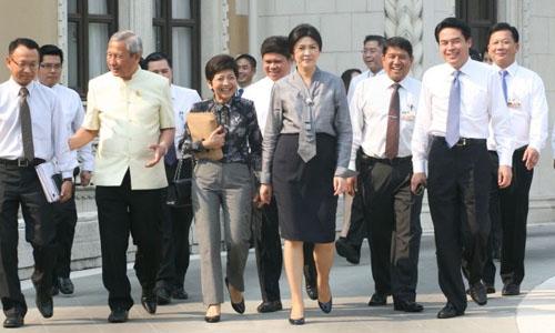 นายกรัฐมนตรี นำขบวนถอดสูท เดินไปประชุมที่ทำเนียบรัฐบาล