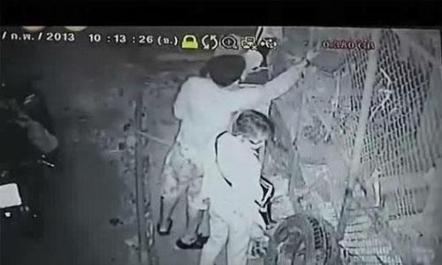 ภาพวงจรปิดจากข่าวโจรขโมยแอร์ ที่ติดด้านนอกของบ้าน